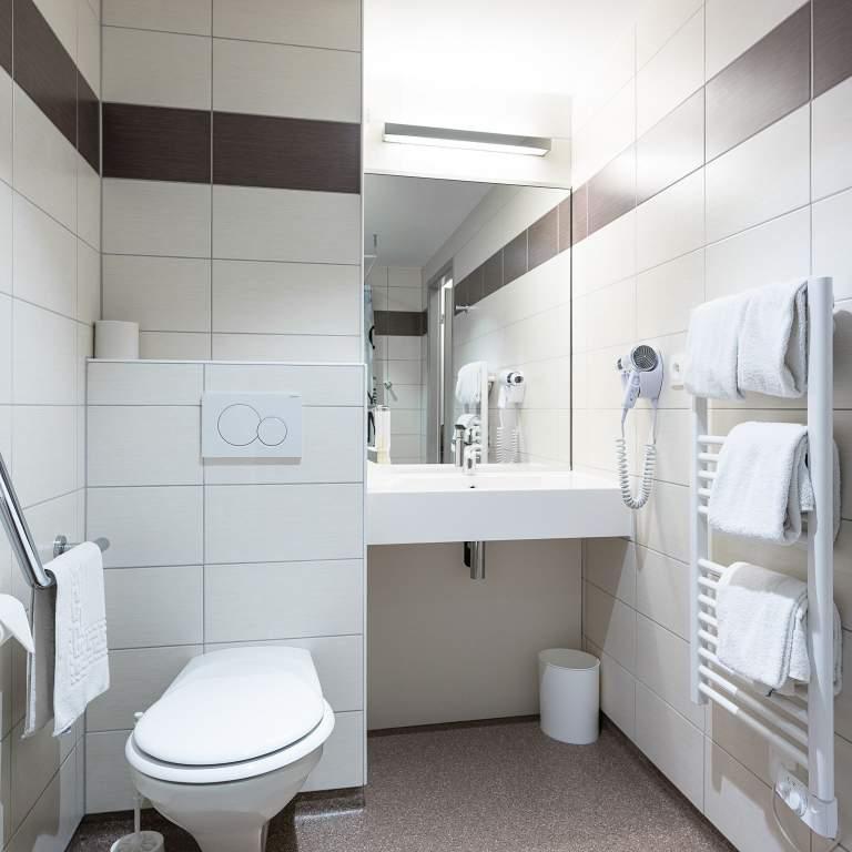 Bagno di una delle camere per persone con difficoltà motorie